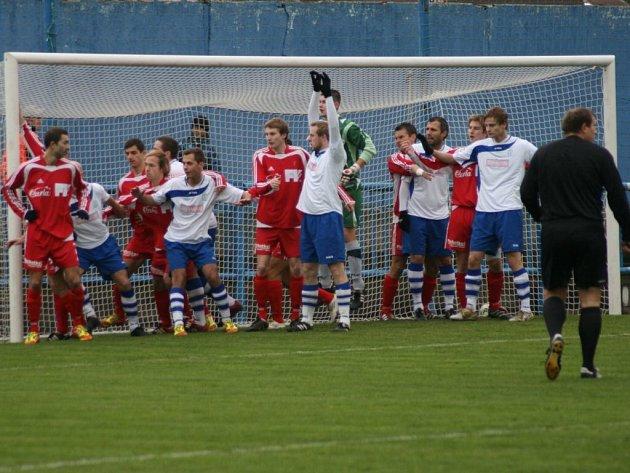 DIVIZNÍ fotbalisté Náchoda uzavřeli podzimní část porážkou 0:1 se Dvorem Králové nad Labem.