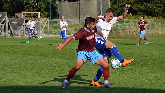 ÚTOČNÍK Náchoda Michal Rojšl (vínový dres) se stejně jako žádný z jeho spoluhráčů v Trutnově gólově neprosadil.