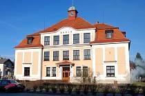 Budova školy stojící na náměstí, tvořící jeho výraznou dominantu, oslaví kulaté jubileum.