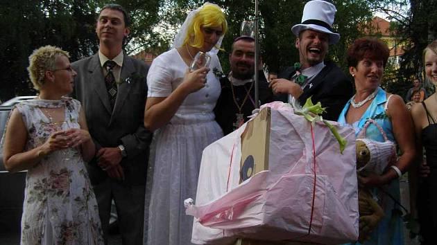 Fiktivní svatba kamarádů diváky pobavila.