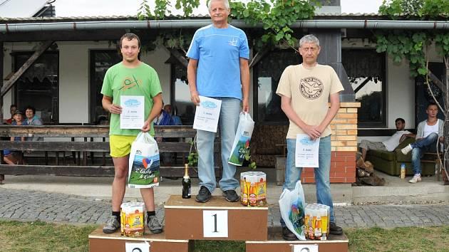 VÍTĚZOVÉ kombinované třídy O pohár Petra Fialy. Zleva 2. David Mach, vítěz Zdeněk Borůvka a 3. Carsten Tietz.