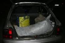 Kufr Roveru byl napěchovaný čerstvou úrodou marihuany.