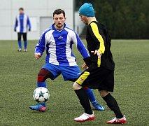 FOTBALISTÉ Jaroměře (v modro-bílém) si ve čtvrtém přípravném utkání poradili s Černilovem.
