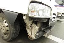 Při jízdě se uvolnila středová matice levého kola a nezajištěné kolo odlétlo z nápravy přívěsného vozíku. Uvolněné kolo odlétlo do boku protijedoucího vozu Citroen Jumper.