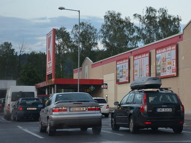 Parkoviště u Kauflandu. Ilustrační snímek.