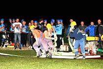 Noční soutěž hasičů ve Vysokově.