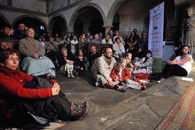 Kostel Nejsvětější Trojice ve Zdoňově zaplnilo na 360 posluchačů,  z nichž mnozí museli sedět i na zemi. Na dobrovolném vstupném  přispěli částkou přes 16 tisíc korun.