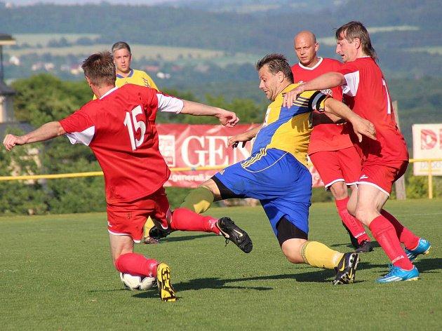 ČESKOSKALICKÝ Jan Valeš (ve žlutém) dělal hráčům Velké Jesenice pořádné problémy a nakonec jim sám nasázel čtyři branky.