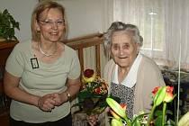 100letá Anna Bartáková spolu s místostarostkou Náchoda Drahomírou Benešovou.