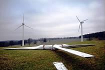 Větrné elektrárny stály nad městysem sedmnáct let, teď je rozebírají.