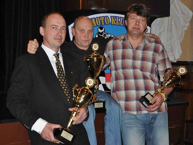 NEJLEPŠÍ trojlístek letošní sezóny třídy Klasik 175ccm. Zleva celkově druhý Miloš Thér z Velkých Petrovic, uprostřed vítězný Karel Kalina a vpravo třetí Antonín Plevák.