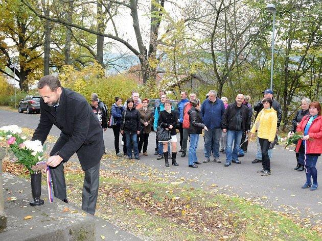 Sedmadevadesáté výročí vzniku samostatného Československého státu si připomenuli v Hronově položením květin.