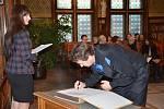Představitelé města - místostarosta Tomáš Šubert a tajemnice Městského úřadu v Náchodě Hana Mílová - ocenili a vyjádřili uznání lidem, kteří se aktivně podíleli na organizování demonstrací proti totalitnímu režimu v listopadových dnech roku 1989.