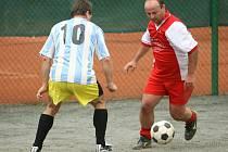 Derby mezi zbečnickými týmy v prvním kole Futsalu FIFA dopadlo lépe pro áčko (v pruhovaném), které zvítězilo 5:3.