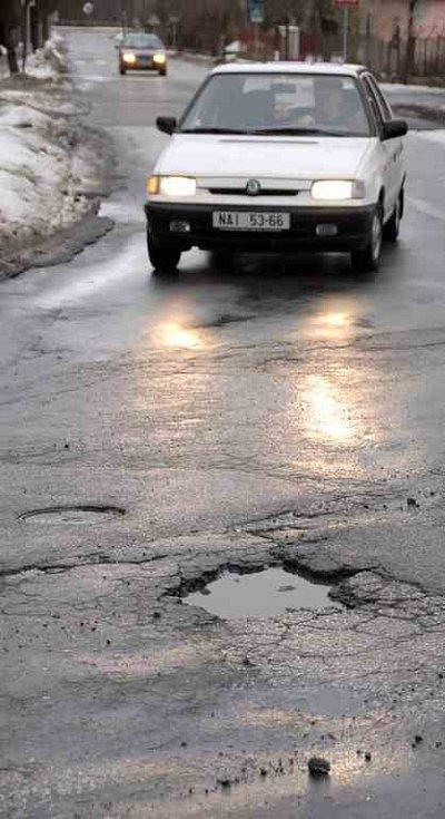 Řidiči si ničí své automobily na mnoha místech náchodského okresu, například v Novém Městě nad Metují jde někdy doslova o kolo.