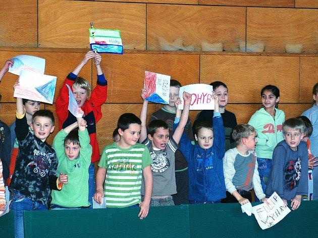 Děti hronovských základních škol sportovaly.