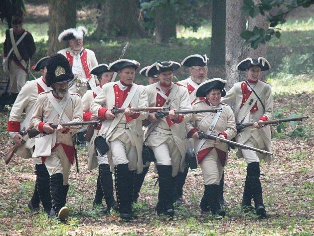 Při bitvě ze Sedmileté války se představilo na sto nadšenců v dobových uniformách.