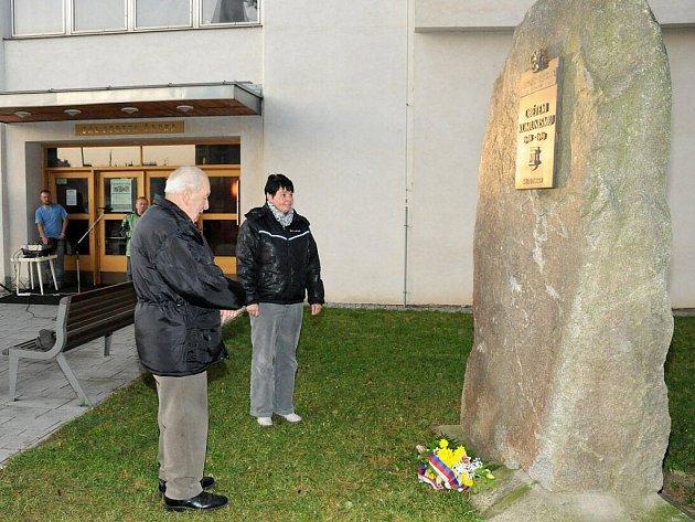 V Hronově uctili památku obětí komunismu.