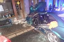 Auto narazilo do zdi domu, tři lidé se zranili.