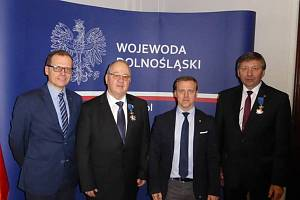 Ředitel náchodského jednatelství Krajské hospodářské komory (KHK) František Molík (na snímku druhý zleva) převzal Rytířský kříž Řádu za zásluhy o Polskou republiku, který mu udělil prezident Polské republiky Andrzej Duda.