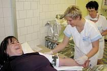 """Lenka Čermáková z Jaroměře darovala v rámci akce """"Kdo miluje, daruje krev"""" v náchodské transfúzní stanici nejcennější lidskou tekutinu doslova s úsměvem."""