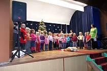 V JASENNÉ děti zpívaly Narodil se Kristus Pán.