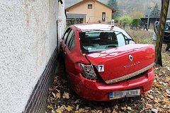 Řidič jedoucí s vozem Renault Thalia od Police nad Metují na Hronov dostal po průjezdu levotočivé