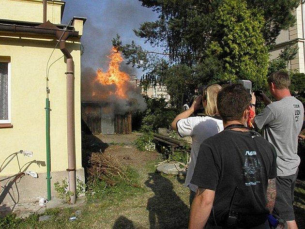 Filmaři natáčeli požár kůlny, ve které podle scénaře měl uhořet školník. Požár likvidovali českoskaličtí hasiči