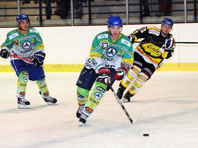 Hokejisté Hronova (v zeleném) si po dvou vysokých vítězstvích připsali smolnou porážku ve Dvoře Králové.