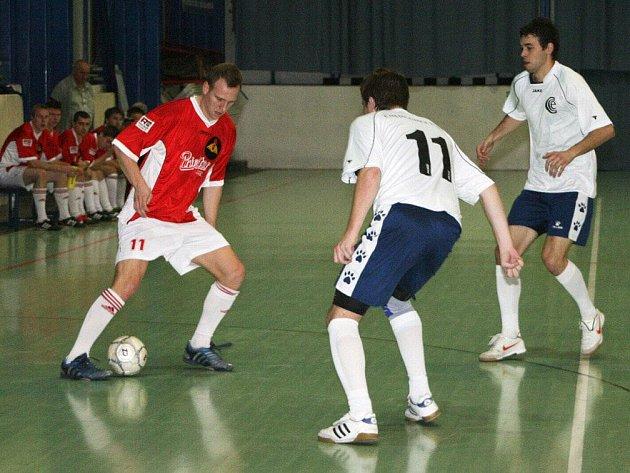Hráči SK Goll Běloves (v červeném) jsou po víkendovém kole na průběžné sedmé příčce Celostátní ligy.