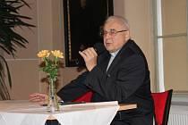 KARDINÁL Miloslav Vlk při besedě na konferenci v Broumově.