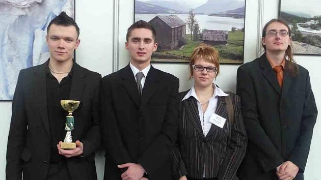 Tým studentské firmy Force z Obchodní akademie v Náchodě obsadil druhé místo v kategorii nejlepší reklamní spot na Mezinárodním veletrhu fiktivních firem v Praze.