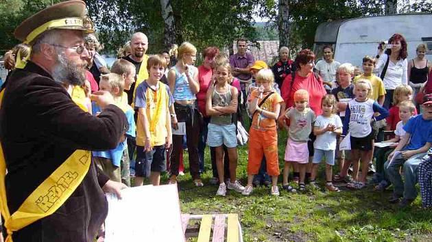 Na konci letních prázdnin v kempu  probíhá akce, při které shoří škola.