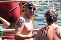 """S kilometrovou tratí pro veřejnost se za letního počasí a za velmi příjemné teploty vody v kategorii mužů """"popral"""" i místostarosta Náchoda Miroslav Brát, který zde nakonec doplaval na 4. místě."""
