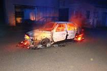 Po půlnoci hořelo auto, zbyl z něho vrak na odpis.