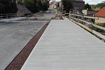 Několikaměsíční náročná rekonstrukce Sepského mostu v Novém Městě nad Metují se pomalu blíží ke svému závěru.