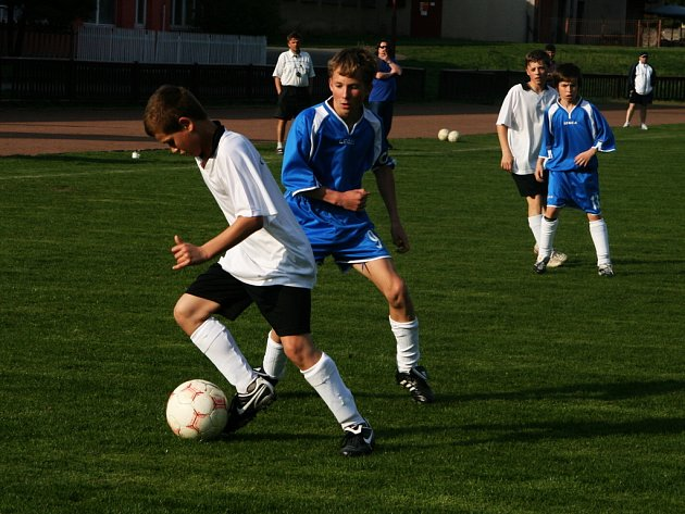 Hráči OFS Náchod U13 (v bílém) podlehli na hřišti Hamra svému trutnovskému soupeři 0:3.