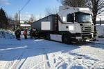 Kamion na železničním přejezdu zastavil vlaky.