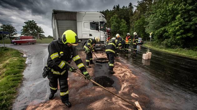 Olej z kamionu se rozlil po silnici, odstranili ho hasiči.