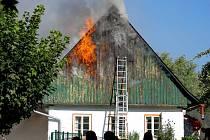Požár chalupy v Hronově.