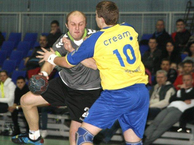 JEDEN z nejzkušenějších náchodských hráčů Ondřej Balcar se snaží prosadit proti obraně Zlína.