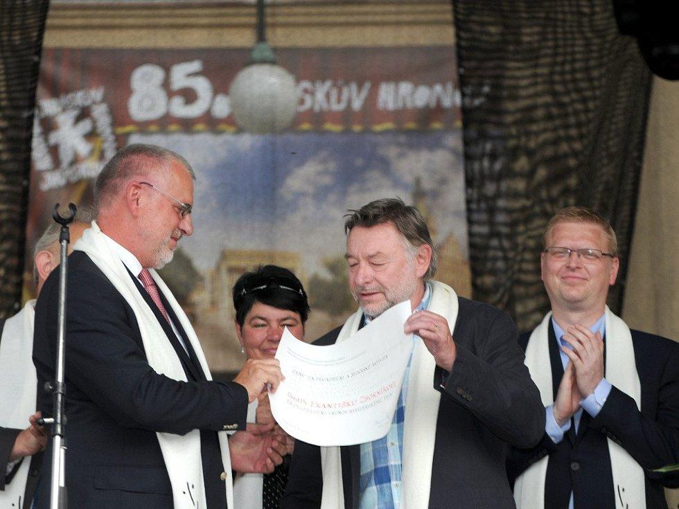 OCENĚNÍ si na zahájení 85. Jiráskova Hronova převzal od Hany Dostálové divadelní soubor Tyl Rakovník a František Zborník (vpravo).