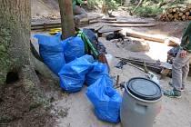 V nejpřísněji chráněné lokalitě Adršpašsko-teplických skal ochránci přírody na konci dubna zlikvidovali nelegální tábořiště, ze kterého odvezli šest pytlů s potřebami pro bivakování a horolezectví.