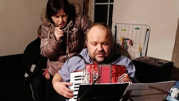 Veselý zpěv koled v Rožmitále doprovodil akordeon.