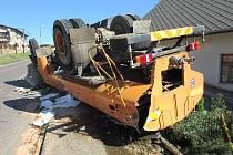 Nehoda cisterny: auto skončilo na střeše.