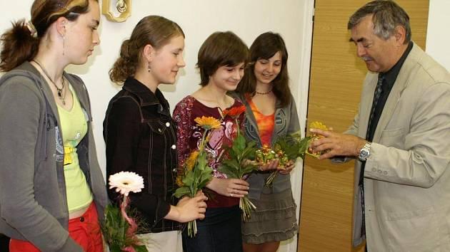 Šikovným dívkám poděkoval za výrobu panenek i starosta města Petr Mědílek.