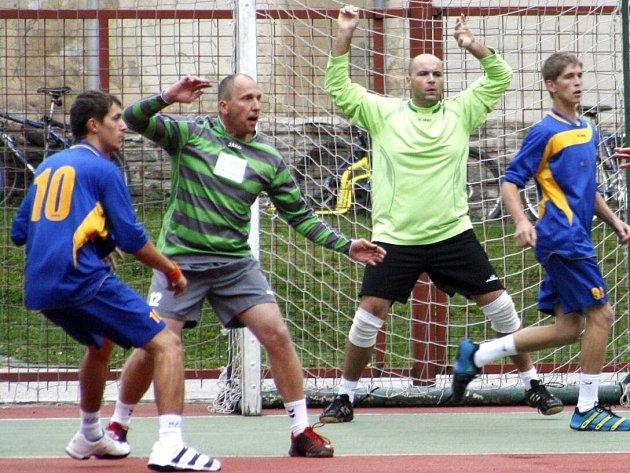 NÁRODNÍ házenkáři Krčína (v zeleném) v Opatovicích prohráli, v Čakovicích ale už na body dosáhli.