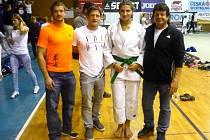 KRISTÝNA VONDŘEJCOVÁ s olympionikem Pavlem Petřikovem (druhý zleva) a trenéry reprezentace.