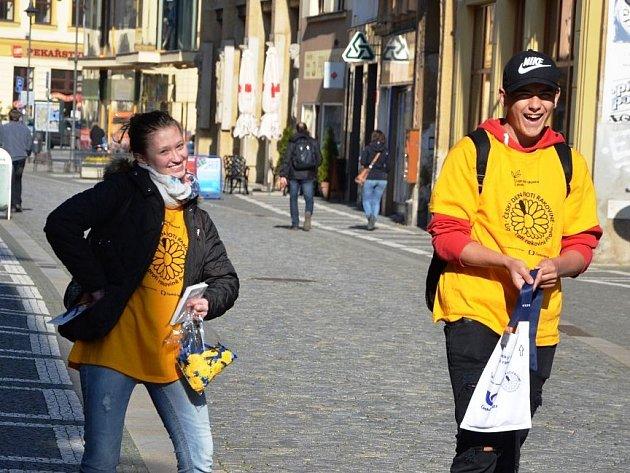 Dobrovolníci nabízejí žlutá kvítka. Je Český den proti rakovině