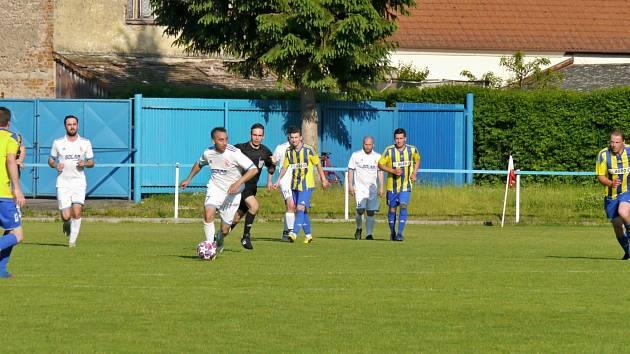U míče Radek Gorol během AGRO CS Poháru. Jaroměř si od nové sezony zahraje krajský přebor.
